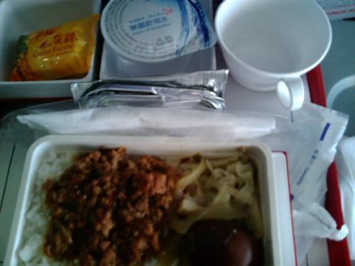 マニラ線の機内食はエサです。ドリンクサービスもなくなりました。コーヒーカップの左隣は水です。