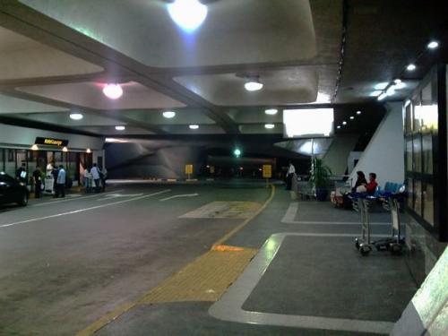 右側の奥に進むとターミナル間移動用の無料シャトルバス乗り場がありますが、20ペソ程度のチップを要求されます。