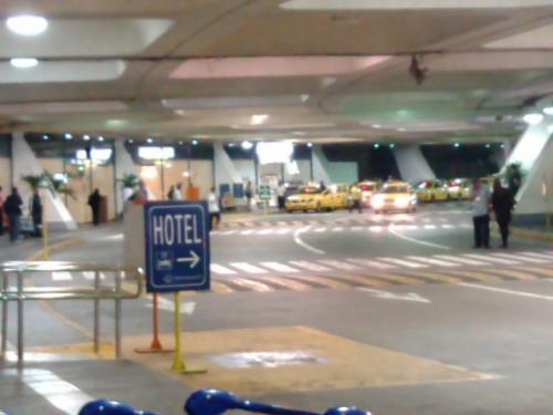 ニノイアキノ国際空港(NAIA)ターミナル1の外側は左がこのイエロータクシー乗り場です。
