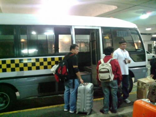 時刻表もないので、時間に余裕がないとお勧め出来ません。<br />他の乗客と共に30分ほど待ったらバスが1台やってきました。<br />しかしターミナル1と2だけのシャトルバスでしたが、交渉して3と4にも行ってもらいました。<br />20ペソがなかったので50渡しました。(^^;;