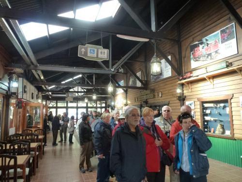 駅の待合室には既に世界各地から来た観光客らが並んでいます