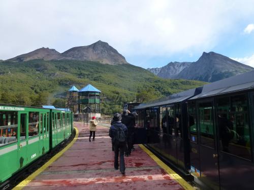蒸気機関車が牽引します。列車は既に観光客でいっぱい、空いた席を見つけて乗り込みます