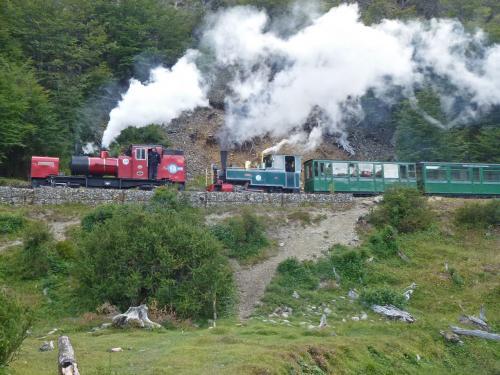 次の観光列車が上ってきました。こちらは2連の機関車で引っ張っています