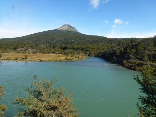氷河からの水が溜まってできたラグーナベルデ湖を眺めます