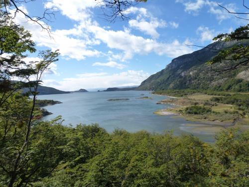 森林を抜けた展望台からラパタイア湾を眺めます。ビーグル水道を隔てて奥にチリ領の島々が見えます