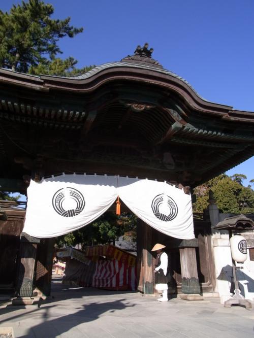 何度か訪れたことのある豊川稲荷ですが、実はお寺だった!<br /><br />門の前には托鉢僧らしき人物が。。。<br /><br />我が母が「あれは本物?」とでかい声で私に問いかけ、少々気恥ずかしく門を通過。