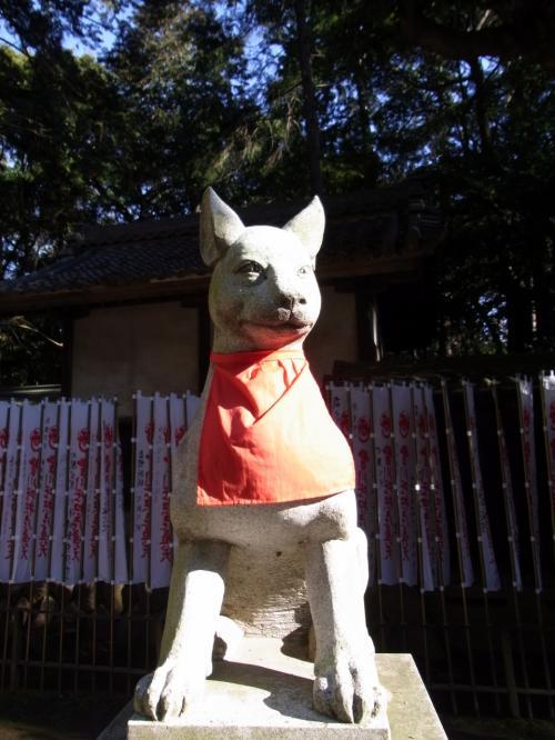 気を取り直し、キツネたちが待つ霊狐塚へ向かいます。<br /><br />近づくにつれて、狐の像が頻繁に出迎えてくれます。