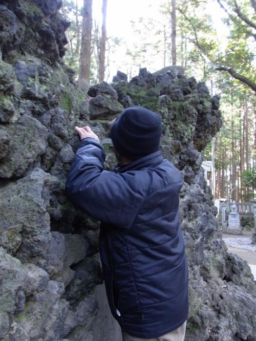 寒さの中、ものぐさで滅多に動かない我が父が岩に貼りついた!<br /><br />この行為は体の温まった状態でやるのがベストだと思われます。<br /><br />寒さで縮こまった体では、転落してケガの恐れあり。<br /><br />急いで引きずり下ろしました。