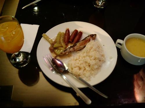 2日目、ユーロテルの朝食。ビュッフェですが、品数イマイチ。