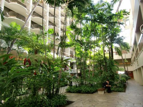 このホテルを選んだ最大の理由がラナイからの眺めなので「ビーチ寄り・高層階」は譲れない。私はマリオット・リワードのシルバーメンバーなので強気で臨む。