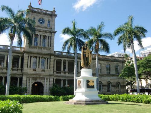 急いで「ハワイ州最高裁判所とカメハメハ大王像」(写真)に行く。