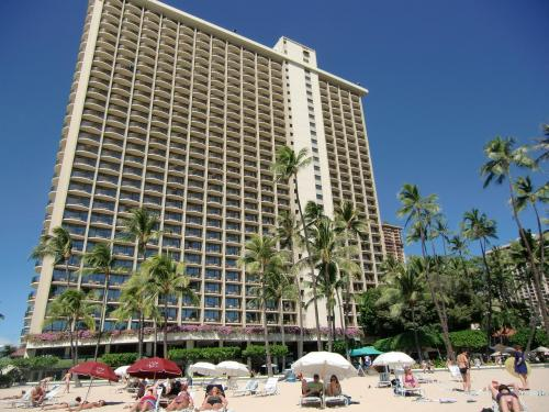 「ヒルトン・ハワイヤン・ビレッジ」を最終目的地にして、午後1時、ヒルトンのフロントでリムジン観光を終了する。アリイタワー内のビーチに面したレストランに入り、軽いランチにする。写真:レインボー・タワー