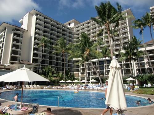 ヒルトンからワイキキビーチをぶらぶら歩いてマリオットまで帰ることにする。名門ホテル「ハレクラニ」(写真)の前を通る。料金が高いせいか、プールサイドの人影は少ない。