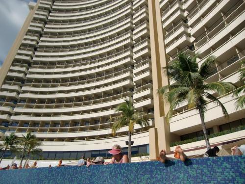 「シェラトン・ワイキキ」(写真)のビーチサイドのプールはまるで大浴場のように混んでいる。