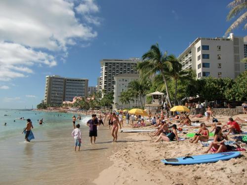 今日は土曜日なので地元の人もワイキキビーチ(写真)に遊びに来ているせいか非常に混んでいて活気がある。