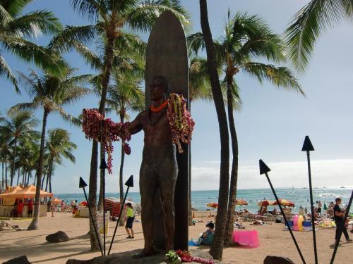 実は、私は海外旅行経験は豊富であるが、「ハワイ初体験」である。日本人に身近なワイキキがこんなに素晴らしい所とは知らなかった。写真:サ−フィンの神様「デューク・カハナモク像」