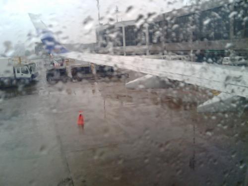 台北にて、外は雨です。