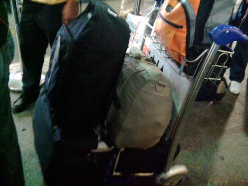 マニラのニノイアキノ国際空港ターミナル1に到着。<br /> 台北での乗り継ぎでは若干遅れがあり、マニラに着いたのは午後4時半くらいだったでしょうか。<br /> 彼女はその日の朝にロハスを発って、ターミナル3からターミナル1に連絡バスで移動し、5〜6時間待っていました。<br /> ターミナル1のターンテーブルから預けた荷物3つを回収して、今回の税関はノーチェックでした。<br /> なにしろ荷物が5個でしかも重いので、ターミナル1のスロープを降りた待ち合わせ場所まで行きたくなかったので、彼女を出発ロビーの方に向かわせて、私はイエロータクシーに乗りました