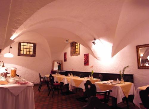 インスブルックで4泊したホテル〔Hotel Innsbruck Schwarzer Adler〕の朝食ルーム。<br /><br />地下にあるので眺めは望めませんが、くつろげる雰囲気です。<br /><br />写真を撮っていたら、ホテルのスタッフがわたしたちの写真を撮ってくれました。スタッフはみなさん気さくで、滞在中ずっと気持ちよく過ごせました。<br /><br /><br />★〔宿泊ホテル〕Hotel Innsbruck Schwarzer Adler<br /> http://www.deradler.com/xxl/_lang/en/_area/home/index.html