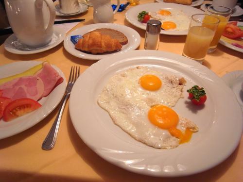 ドイツ同様、朝食の種類が豊富♪<br />朝食をたっぷり食べるのは、ドイツ語圏に共通しているのかな?<br /><br />また食べ過ぎた……。
