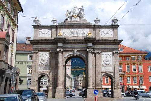 この日は、町一番の大通り「マリア・テレジア通り」を南から北へ向かって歩いてみました。<br /><br />通りの南端にある「凱旋門」(南側)。<br /><br />女帝マリア・テレジアが息子レオポルト2世の結婚記念として建てたもの。1765年に建設が始まるも、婚礼の間に夫フランツ1世が死去してしまう。