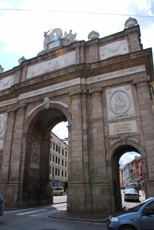 北側には「死と悲しみ」を表すレリーフが刻まれました。<br /><br />←凱旋門(北側)