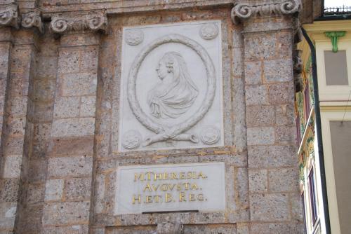 北側の門柱にはマリア・テレジアのレリーフも刻まれています。