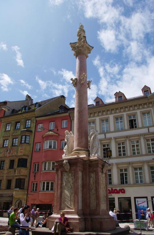 通りの真ん中に立つ大理石の柱、アンナ記念柱(高さ13m)。<br /><br />スペイン継承戦争中にバイエルン軍を撃退した記念として建てられたもの(1704〜1706年築)。<br /><br /><br />