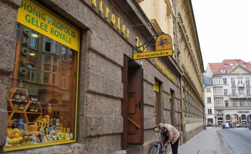 途中、ハチミツ屋さんでちょっとお買い物。<br /><br />我が家はハチミツ好きなので、お店を見つけると必ず立ち寄ってしまう。<br /><br /><br />★ティローラー・ビーネンラーデン(Tiroler Bienenladen)<br /> http://www.tirolerbienenladen.at/cgi-bin/shownews.pl?mode=shownews&tmpl=index&maxnum=8