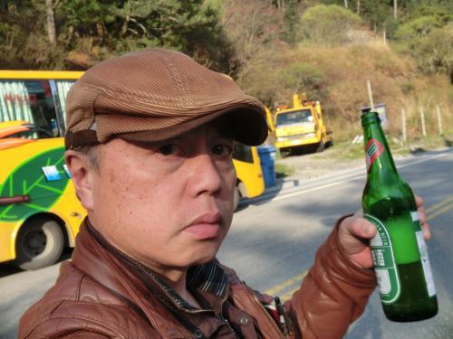 しょうがないので自分もビールを飲む(80元)、2565メートルで飲むビールは最高!ここのお店ではご飯も食べれる。