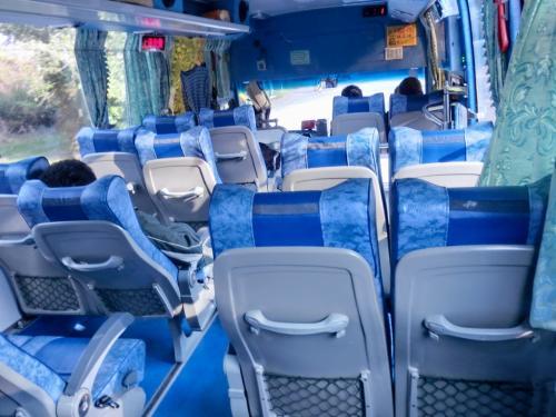 乗客は5人位。揺れるのに、最後部に座ったのでさらに揺れが増幅され、体が前後左右上下に揺れるので、腹筋を使って、ひたすら耐える。