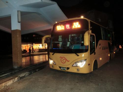ほーら暗くなっちゃったよ。18:28天祥到着。ここで最後のシューシ!時刻表によると18:30なので正確な運行だ。これからタロコ渓谷だが、全く見えない、花蓮発のバスは朝8:40なのでタロコ渓谷を見たい人は花蓮側から乗れば良い。でも梨山から台中へ行くバスは08:00発なので一泊する必要がある。