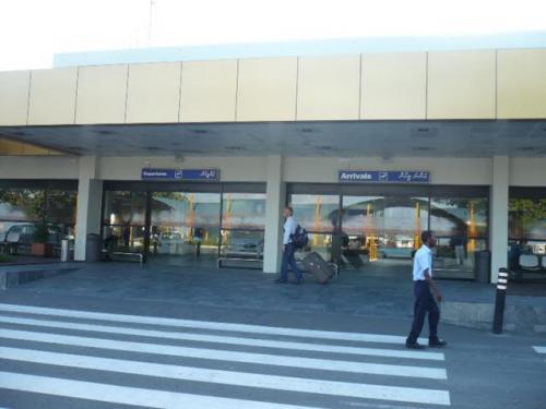 空港では到着ホールにあるVilla Hotelsカウンターから国内線ターミナルまでは歩いて移動。約2分ととても近い距離なのでご自身でチェックインとなります。<br />国内線ターミナルの入り口はDeparture の方へお進みください。