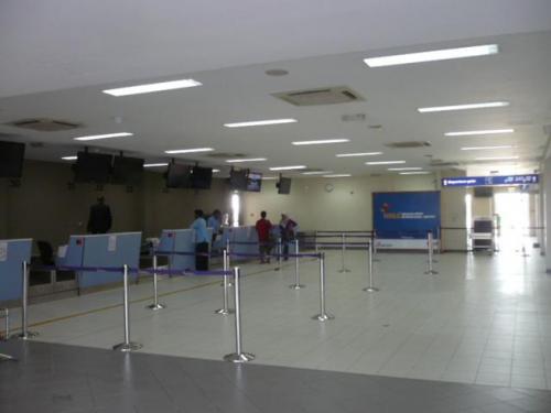 入ると直ぐ正面にはチェックインカウンターがあります。小さいターミナルなので絶対に迷わないので安心…。<br />