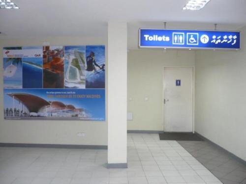 チェックイン前にもトイレがあります。
