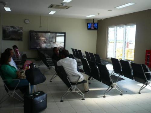 チェックイン後は、手荷物検査&ボディチェックを受け、待合室の方でおまちいただけます。待合室にはテレビ&トイレもあります。
