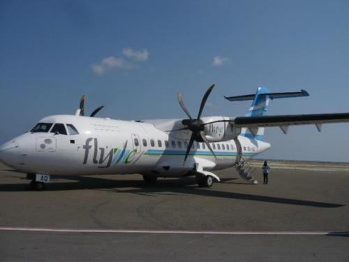 空港から国内線Maamigili Airportまでは約20分で到着!<br />ダイレクトでMaamigili Airportに飛ぶ為、水上飛行機よりも早いのがとても魅力です。<br />国内線はVilla Air(fly me)で移動。機材は46人乗り。トイレ完備。座席が柔らかいので、すわり心地がとても良いです〜。<br />