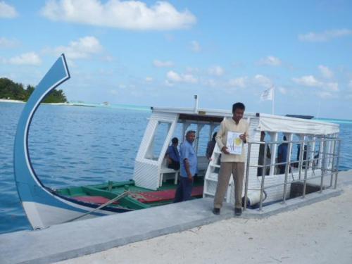 ボート乗り場では、ホリデイアイランドのスタッフがリゾートのボードを持ってお迎えしております。