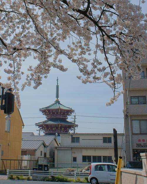 市役所西交差点から南に見えた<br />どこかの宗教の仏塔