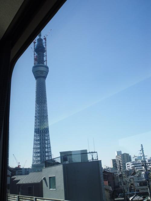 東京スカイツリーの真横を抜ける頃から車内宴会が始まりました。