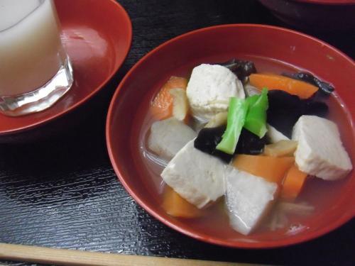 """南会津郷土料理の「つゆじ」は、私の母の故郷会津若松の「こづゆ」とは、ちと違う。<br /><br />こづゆは丸麩を入れるのだが、田島地方は""""つと豆腐""""を入れる。"""