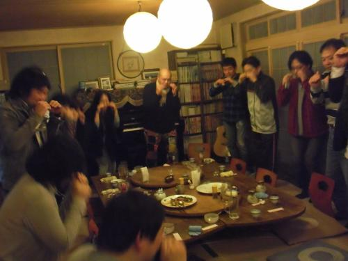 デザートの杏仁豆腐を食べ終わったのは深夜1時半を回っておりました。<br /><br />腹ごなしにみんなで「岬めぐり」を歌って踊りました(笑)