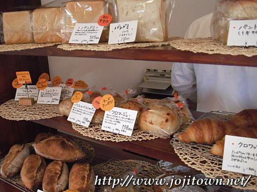 ・2011/3/25<br />もともとはスィーツ専門店だったそうですが、パンドミだけは作っていて「近所にパン屋さんがないから嬉しいわ〜」と食パンが好評となり、今ではクロワッサンやバゲットなども好評になっているとのこと。一晩ゆっくり低温熟成発酵させた風味豊かな食パンは1斤半で¥525、1斤半の半分は¥270です。<br /><br />本当に美味しいの〜