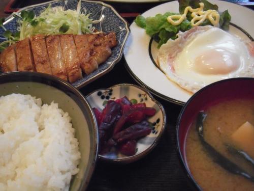 ・2011/3/25<br />お昼は「まるけん食堂」でランチ<br /><br />豪華日替わり定食¥580<br />ありがたや〜