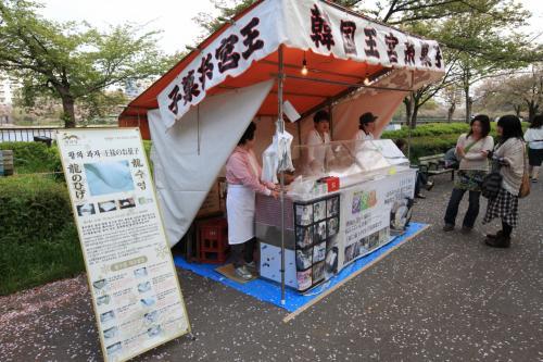 造幣局 桜の通り抜け 〜屋台へ行こう〜<br /><br />◎ 韓国王宮糸菓子 龍のひげ<br /><br />3年前に初めて大阪に登場した時は店の周りに行列ができたものですが、今では珍しくなくなりました。<br /><br />