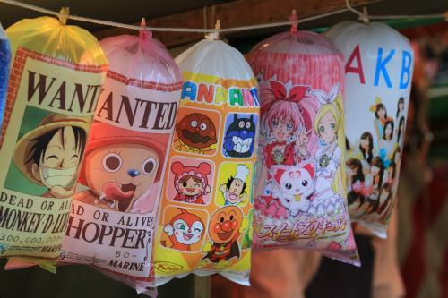 造幣局 桜の通り抜け 〜屋台へ行こう〜<br /><br />◎ 綿菓子<br /><br />ワンピース・アンパンマン・スイートプリキュアにAKB。<br />このパッケージを見たら、その年のトレンドが分かるかもね。<br />