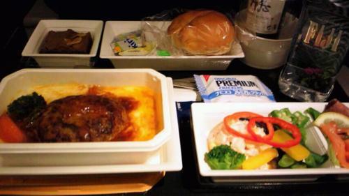 機内食は離陸2時間後、やはり日本の航空会社だけあって和食人気高いですが、今回は洋食のハンバーグドリアを選択しました。