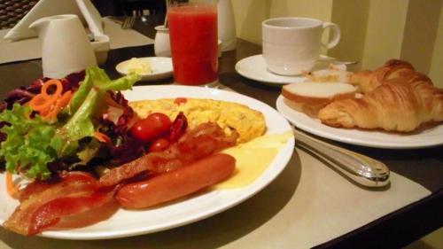 サイアムシティの朝食。クロワッサンとスイカジュースはなかなかの味でした。