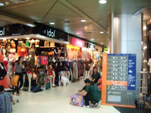 プラチナファッションモールの内部。<br />たくさんの人であふれかえっていました。<br />値札がついているので自分のペースでショッピングできるかも。