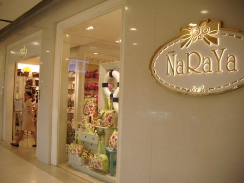 プラチナファッションモールからチットロム駅の途中の伊勢丹にリーズナブルなコットン&サテン製品ショップとして人気のNARAYAが入っていたので物色。